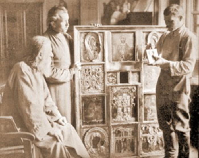 Демонтаж икон во время изъятия церковных ценностей в одном из московских храмов. 1921 год.
