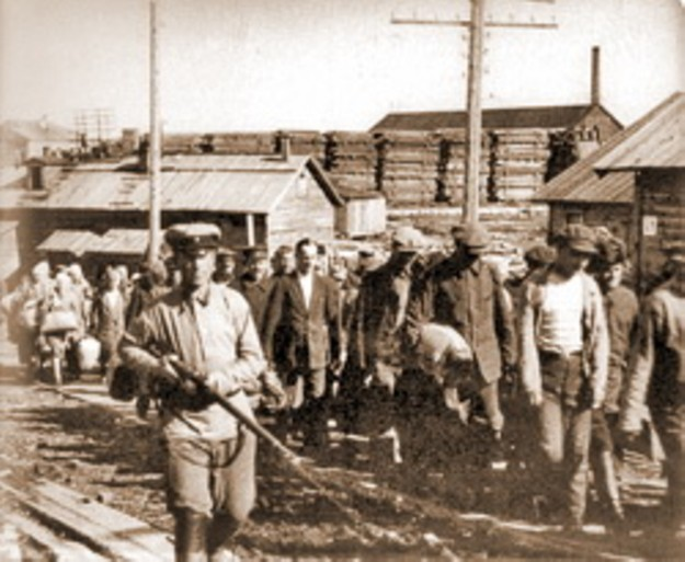 Прибытие партии заключенных в Соловецкий лагерь особого назначения, конец 1920-х годов.