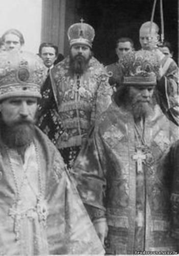 Митрополит Сергий (Воскресенский) в сослужении со своими викарными архиереями. Слева – епископ рижский Иоанн (Гарклавс), справа – епископ ковенский Даниил (Юзьвюк)