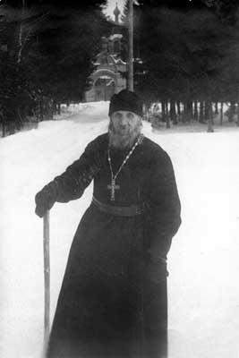 Игумен Кирилл на уборке снега в Спасо-Преображенской пустыни