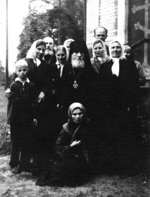 Архимандрит Кирилл с паломниками пустыни