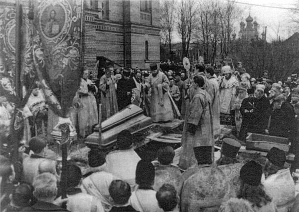Ход с телом Владыки Экзарха вокруг Кафедрального собора